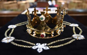 A crown sits atop King Richard III's coffin March 22 in Leicester Cathedral in Leicester, England. (CNS photo/Andy Rain, EPA)