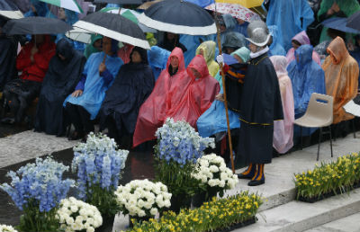 The faithful attend Easter Mass celebrated by Pope Francis during heavy rain in St. Peter's Square at the Vatican Easter Sunday, April 5. (CNS photo/Paul Haring)