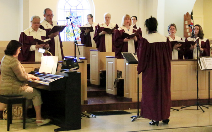 Lisa Quaranto lead the choir as Irina Lurye plays the organ