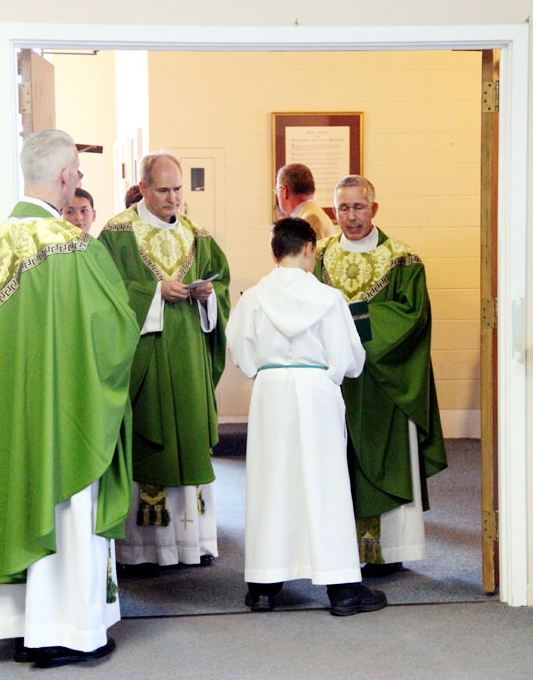 Msgr. Michael McCulken hands over the keys of the parish to Fr. Jason Kulczynski