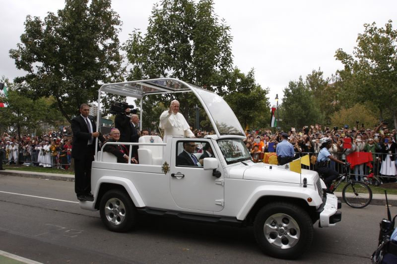 Pope Francis waves to the crowds along the Benjamin Franklin Parkway before the Mass he celebrated Sept. 27, 2015 in Philadelphia. (Photo by Maria Tucker)