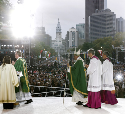 Pope Francis celebrates the closing Mass of the World Meeting of Families on Benjamin Franklin Parkway in Philadelphia Sept. 27. (CNS photo/Paul Haring) See POPE-FAMILY-MASS Sept. 27, 2015.