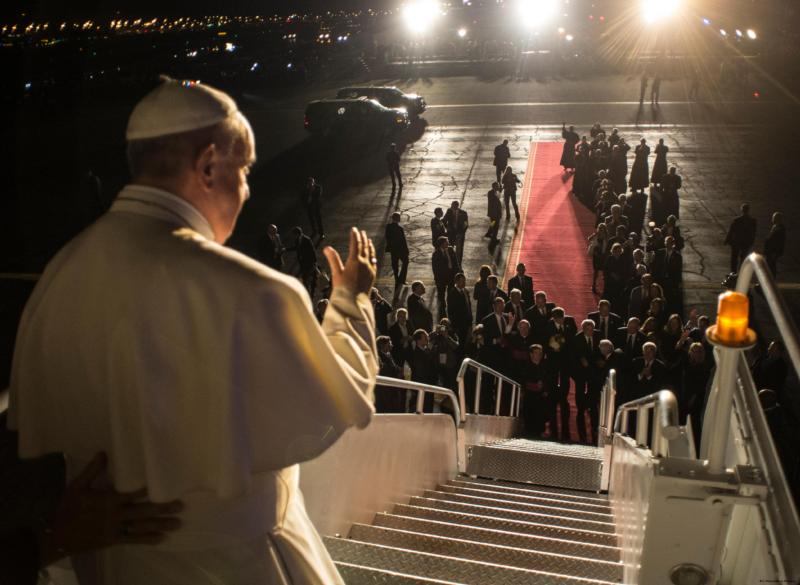 Pope Francis waves goodbye at Philadelphia International Airport Sept. 27. (CNS photo/Paul Haring)