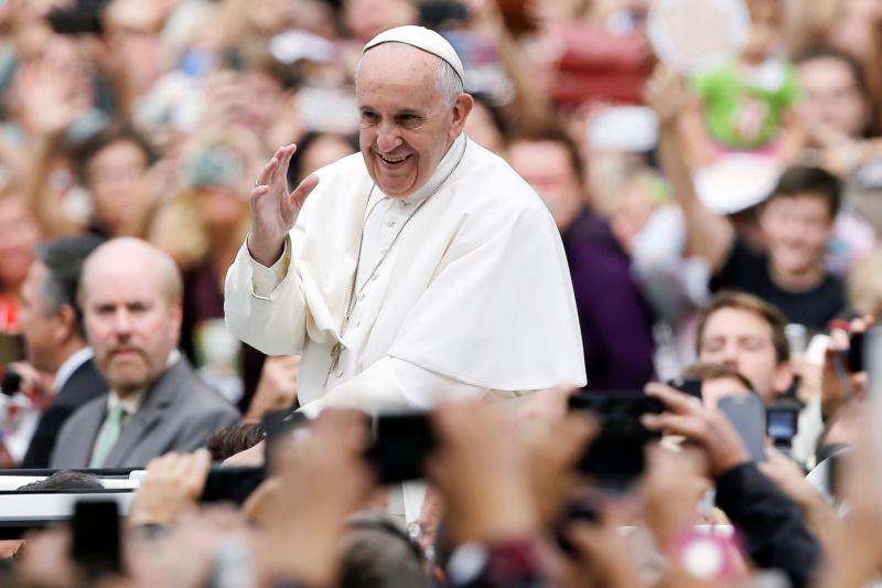 Pope Francis waves to the crowd as he makes his way to celebrate the closing Mass of the World Meeting of Families in Philadelphia Sept. 27. (CNS photo/Matt Rourke, pool)