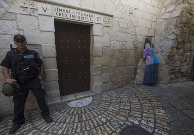 An Israeli policeman stands guard in the Via Dolorosa in the Old City of Jerusalem Oct. 4. (CNS photo/Atef Safadi, EPA)