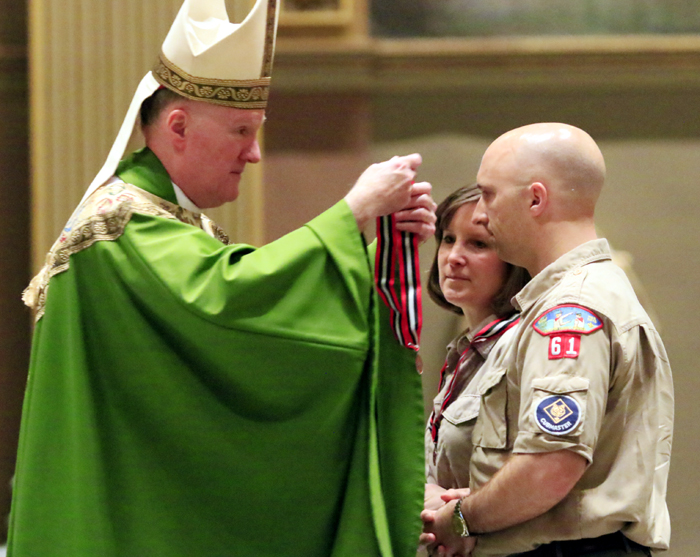 Mary and Thomas Dominiecki from the Chester County Council receive the St John Neumann Emblem.