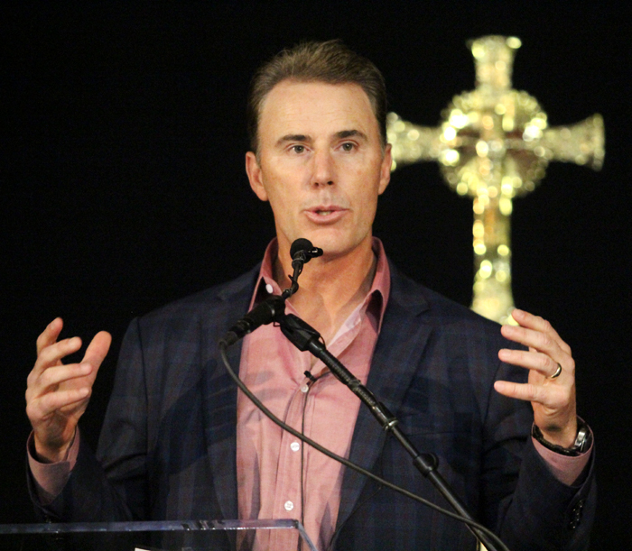 Rich Gannon, a Philadelphia native and former All Pro NFL quarterback, speaks at Man Up Philly. (Sarah Webb)