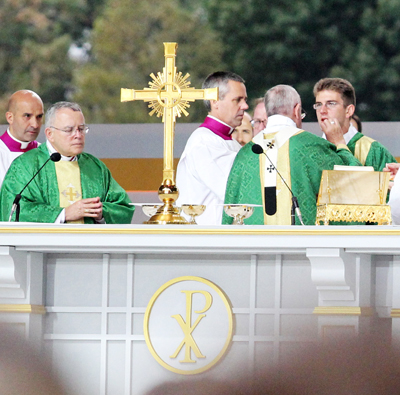 Pope Francis gives Communion to Deacon Biedrzycki during the papal Mass Sept. 27, 2015 in Philadelphia (Sarah Webb)