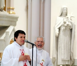 Father Arturo Chagala, parochial admistrator, and Deacon Isreal Rosario welcome the community at the beginning of mass.