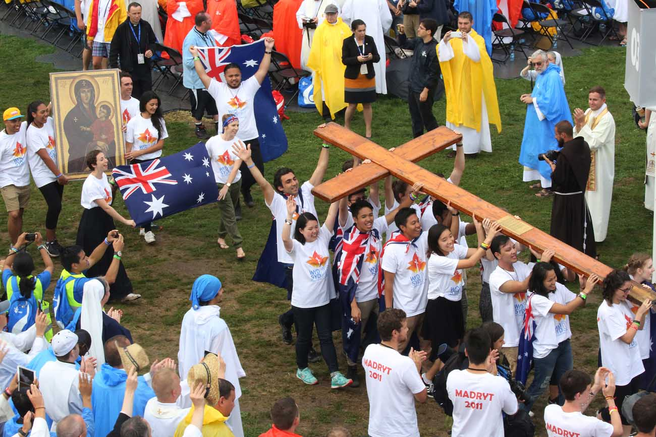 Pilgrims from Australia carry the World Youth Day cross during the opening Mass July 26 at Blonia Park in Krakow, Poland. (CNS photo/Bob Roller)