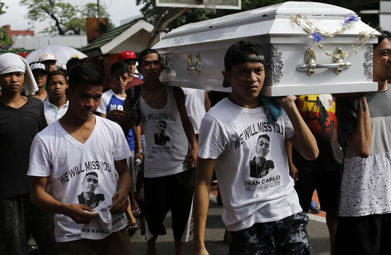 Filipinos carry the coffin of an alleged drug dealer at Manila North Cemetery  Aug. 7. Catholic leaders say they are powerless to stop a growing number of extrajudicial killings in the Philippines that have come with Duterte's war on drugs. (CNS photo/Francis R. Malasig, EPA)