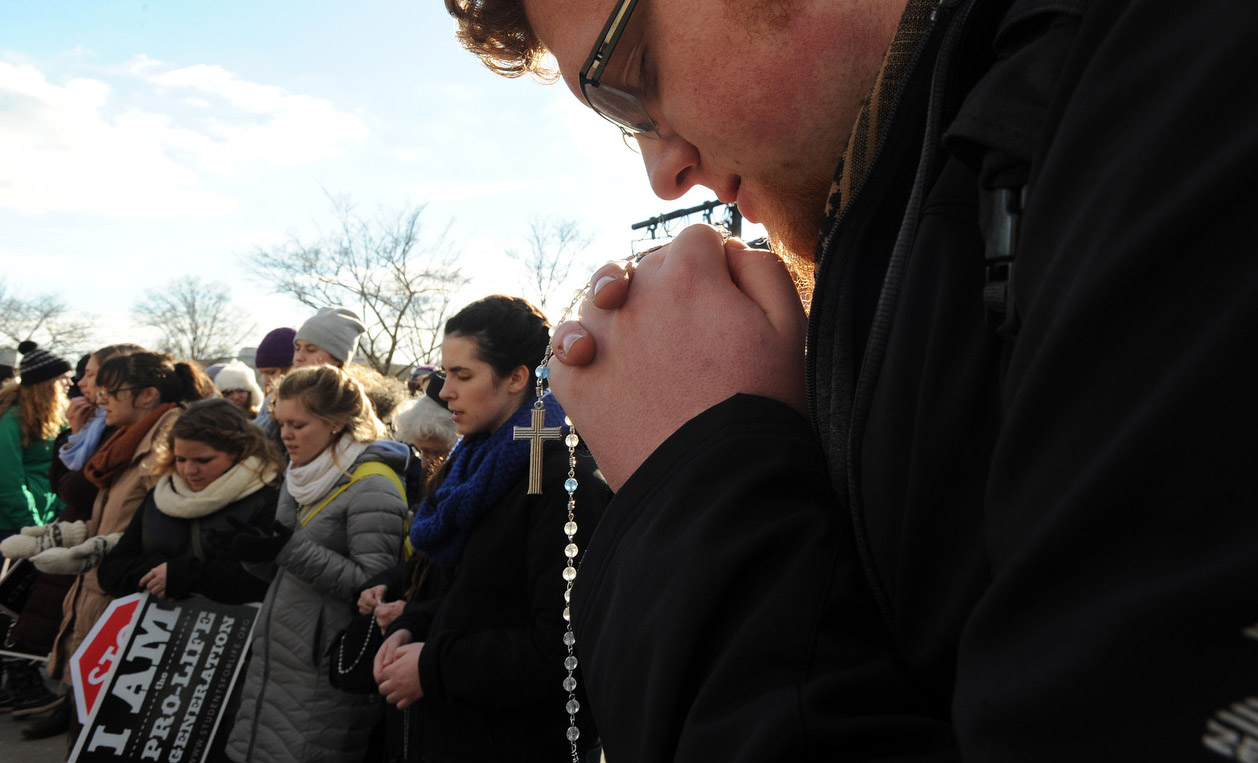 Andrew Juodawlkis prays the rosary with fellow members of Students for Life of Michigan in this Jan. 22, 2015 file photo.  (CNS photo/Leslie E. Kossoff)