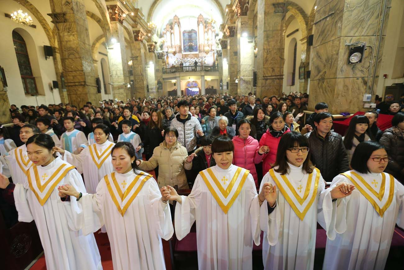 """Chinese Catholics pray during a 2015 Mass at a church in Beijing. Prayer and """"healthy realism"""" are needed to ensure progress in Vatican-Chinese relations and, particularly, in promoting a situation in which all Chinese Catholics can feel both fully Catholic and fully Chinese, said Cardinal Pietro Parolin, Vatican secretary of state. (CNS photo/Wu Hong, EPA)"""