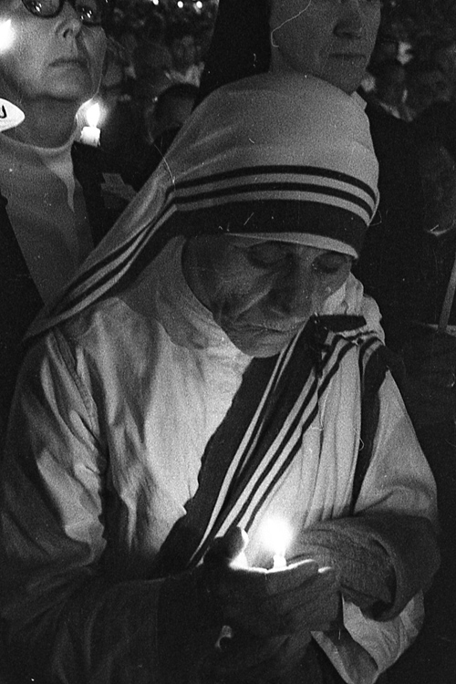 Mother Teresa participates prayerfully in a candlelight procession during the 41st International Eucharistic Congress in 1976 in Philadelphia. (Philadelphia Archdiocesan Historical Research Center, Robert and Theresa Halvey Photograph Collection)