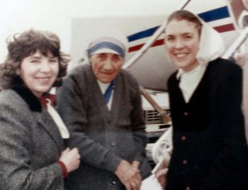 While she was a postulant with the Missionaries of Charity, Sister Peggy Duemling, right, (Mother Mary Catherine) often served as chauffeur for Mother Teresa during her visits to New York. In the above photo, taken in 1989 at John F. Kennedy International Airport in New York, Mother Teresa poses for a photo with Sister Peggy and her mother, Arleen. (CNS photo/The Compass)