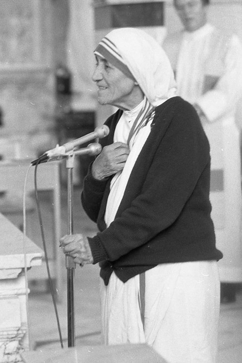 Mother Teresa commemorates the opening in 1994 of the Missionaries of Charity convent at St. Patrick Church in Norristown. (Philadelphia Archdiocesan Historical Research Center, Robert and Theresa Halvey Photograph Collection)
