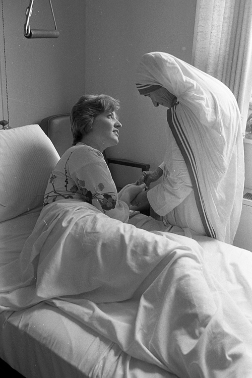 Eileen Potts speaks with Mother Teresa during her 1976 visit to Cherry Hill Medical Center in New Jersey. (Philadelphia Archdiocesan Historical Research Center, Robert and Theresa Halvey Photograph Collection)
