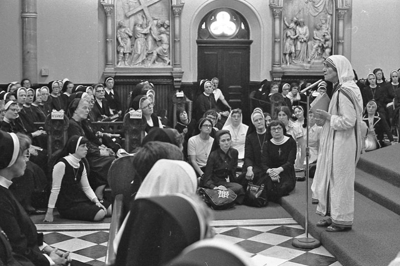 Mother Teresa speaks to a large group of nuns in June 1976 at the former St. Elizabeth Church in North Philadelphia. (Philadelphia Archdiocesan Historical Research Center, Robert and Theresa Halvey Photograph Collection)