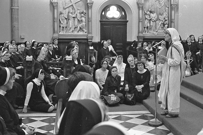 Mother Teresa speaks to to a large group of nuns in June 1976 at the former St. Elizabeth Church in North Philadelphia. (Philadelphia Archdiocesan Historical Research Center, Robert and Theresa Halvey Photograph Collection)