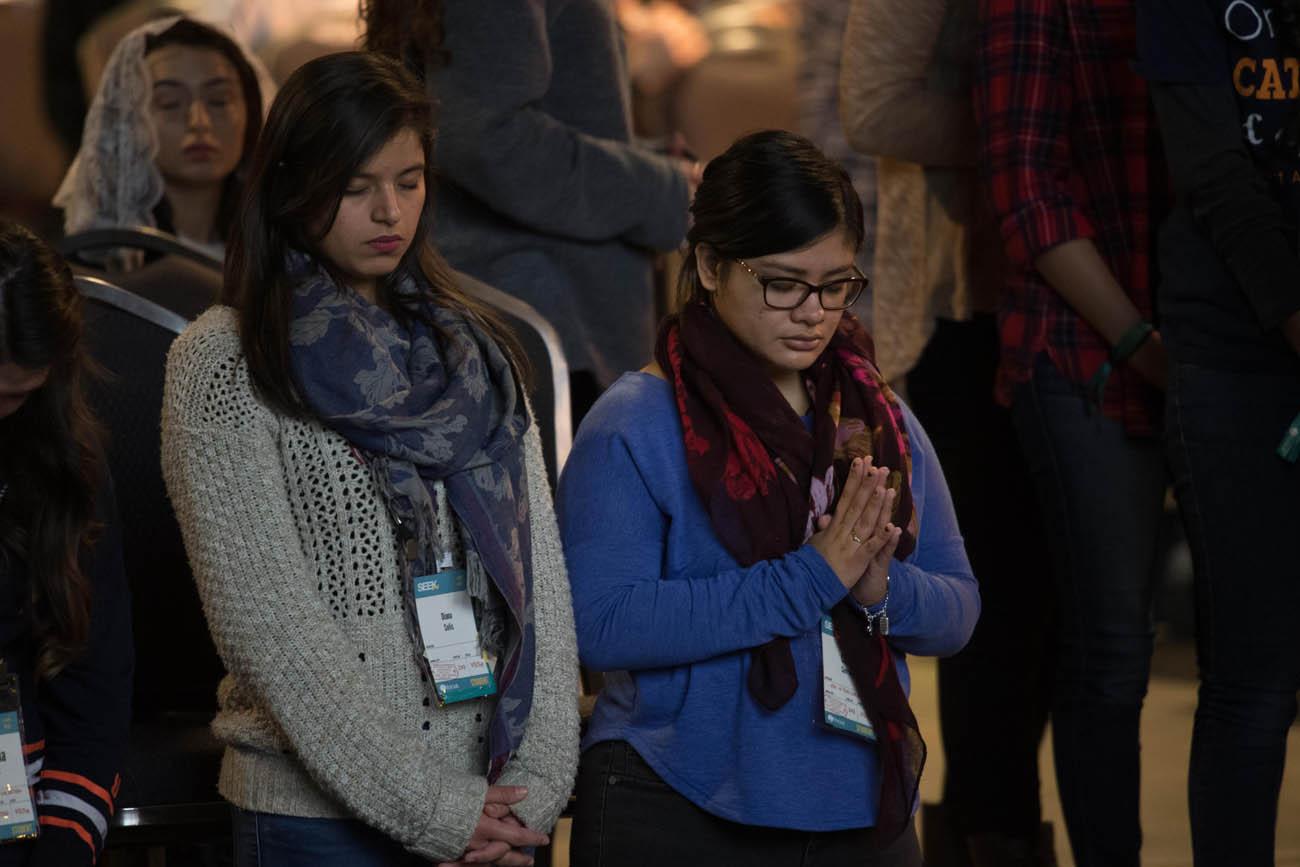 seek2017-focus-two-students-in-prayer-jan-3-7-17-san-antonio-tx