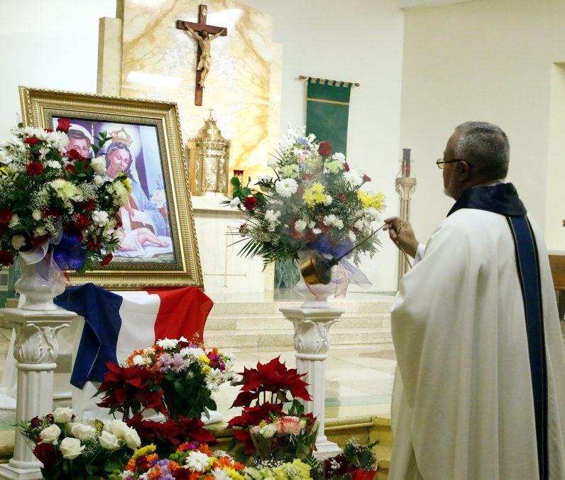 Fr. Rafael Vargas blesses the image of Virgin de la Altagracia.
