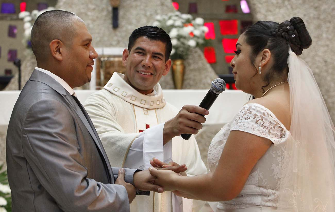 Father Manuel Dorantes, pastor, celebrates a marriage convalidation Mass in 2016 at Immaculate Conception Church in Chicago. In dioceses around the country, couples married civilly take part in such services to receive the sacrament of matrimony and be in full communion with the church. Many of the couples are immigrants to the U.S. (CNS photo/Karen Callaway, Chicago Catholic)