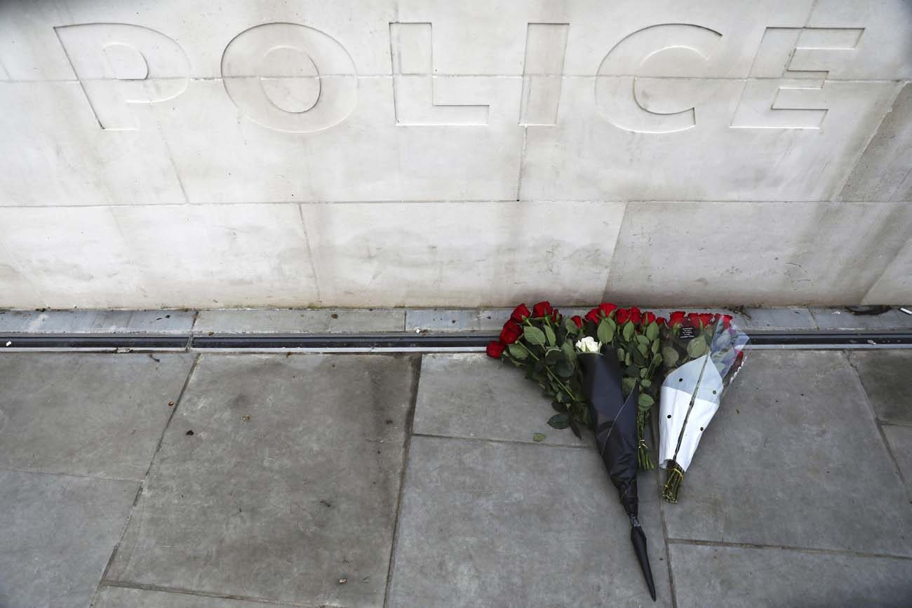 Flowers sit outside New Scotland Yard March 23, the morning after an attack by a man driving a car and wielding a knife left five people dead and dozens injured in London. (Photo/Neil Hall, Reuters)