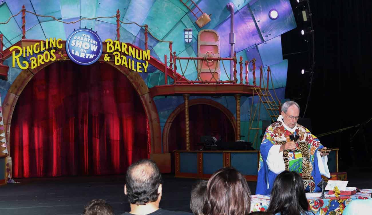 Father Jerry Hogan, national circus chaplain, celebrates Easter Mass for circus workers April 16 at the DCU Center arena in Worcester, Mass. (CNS photo/Tanya Connor, The Catholic Free Press)