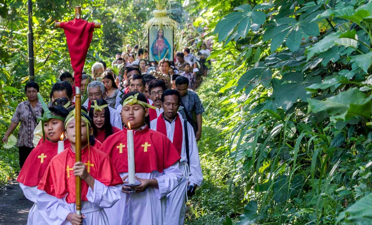 "Indonesian Catholics participate in an outdoor Palm Sunday procession April 9, 2017, in Semarang. Mutual respect among religions, and freedom of religion ""is one of the basic rights in Indonesia.""(CNS photo/Antaea Foto, Reuters)"