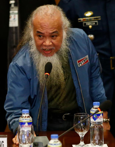 Philippine troops work to rescue other hostages after freeing priest